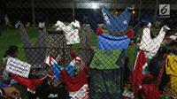 Pakaian anak-anak korban Tsunami Anyer tampak dijemur di lapangan futsal Labuan, Banten, Minggu (23/12). Warga memilih mengungsi menunggu suasana di pesisir Pantai Selat Sunda pulih dan kondusif. (Liputan6.com/Angga Yuniar)