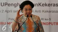 "Presiden ke-5 Megawati Soekarnoputri berpidato dalam acara Diskusi ""Indonesia Melawan Kekerasan Seksual"", Jakarta, Kamis (12/5). Dalam Pidatonya Megawati mendukung pengesahan UU Penghapusan Kekerasan Seksual. (Liputan6.com/Johan Tallo)"