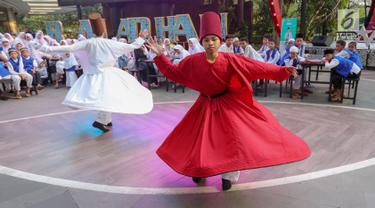 Tarian Sufi memeriahkan acara Ngabuburit Bareng Anak Yatim di Avenue of Stars, Lippo Mall Kemang, Jakarta, Kamis (23/5/2019). Kegiatan yang bekerjasama dengan Baznas juga memberi kesempatan dan kebebasan bagi anak-anak bermain di Timezone pada bulan suci Ramadan. (Liputan6.com/Fery Pradolo)