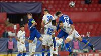 Chelsea menelan kekalahan 0-1 dari FC Porto pada laga leg kedua perempat final Liga Champions di Estadio Ramon Sanchez Pizjuan, Rabu (14/4/2021) dini hari WIB. Meski kalah, The Blues tetap lolos ke semifinal dengan agregat 2-1. (AFP/CRISTINA QUICLER)