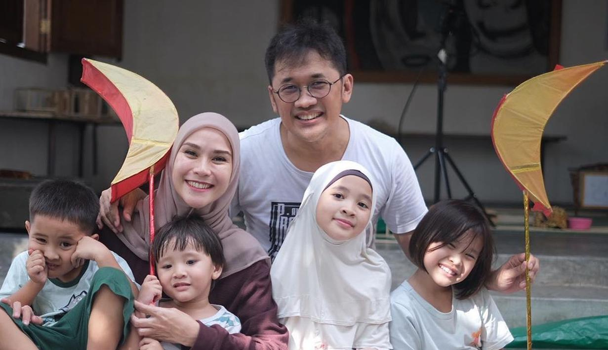 Zaskia Adya Mecca kini tengah menanti kehadiran anak kelimanya bersama Hanung Bramantyo. Baru mengumumkan ke public saat usia kandungannya delapan bulan, tentu banyak yang penasaran juga soal jenis kelaminnya.  (Instagram/zaskiaadyamecca)