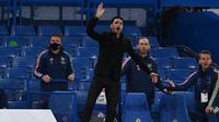 Manajer Arsenal, Mikel Arteta, memberikan instruksi kepada para pemainnya dalam laga kontra Chelsea di Stamford Bridge, Kamis (13/5/2021) dini hari WIB. (SHAUN BOTTERILL / POOL / AFP)