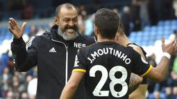 Pelatih Wolverhampton Wanderers, Nuno Espirito Santo (kiri) berselebrasi dengan J Moutinho usai pertandingan melawan Manchester City pada pertandingan lanjutan Liga Inggris di Stadion Etihad (6/10/2019). Wolverhampton menang 2-0 atas Manchester City. (AP Photo/Rui Vieira)