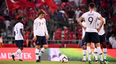 Para pemain Prancis tampak lesu usai ditaklukkan Turki pada laga kualifikasi Piala Eropa 2020 di Stadion Buyuksehir Belediyesi, Minggu (9/6). Turki menang 2-0 atas Prancis. (AFP/Franck Fife)