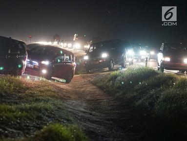 Sejumlah kendaraan yang didominasi pemudik menerobos parit pembatas untuk pindah jalur di Jalan Tol Cikopo - Palimanan KM 135, Jawa Barat, Sabtu (8/6/2019). Padatnya arus balik di ruas tol itu membuat sebagian pengemudi berpindah jalur untuk menghindari kemacetan. (Liputan6.com/Immanuel Antonius)