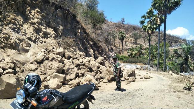 Gunung Ile Lewotolok berstatus waspada, warga mulai mengungsi. (Liputan6.com/Ola Keda)