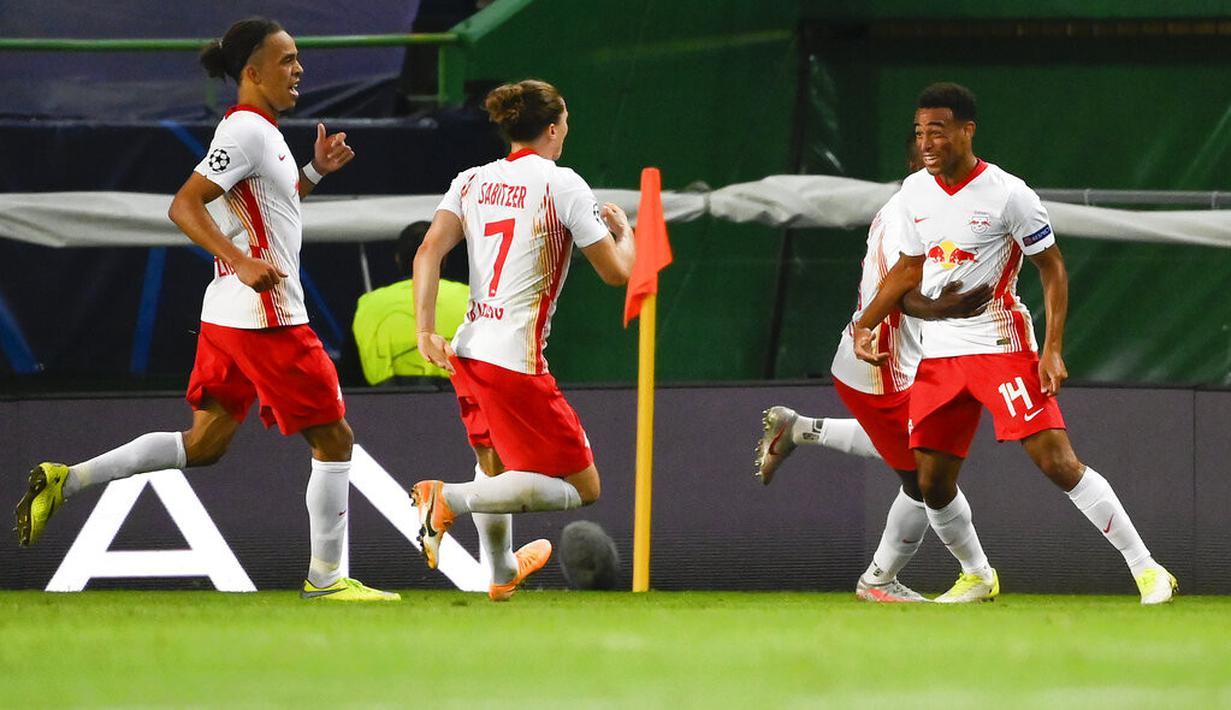 Pemain RB Leipzig, Tyler Adams (kanan) berselebrasi usai mencetak gol ke gawang Atletico Madrid pada perempat final Liga Champions di stadion Jose Alvalade di Lisbon, Portugal, Kamis, (13/8/2020). RB Leipzig menang tipis 2-1 dan melaju ke semifinal. (Lluis Gene/Pool Photo via AP)