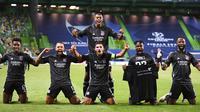 Para pemain Lyon melakukan selebrasi usai menaklukkan Manchester City di perempat final Liga Champions di Stadion Jose Alvalade, Sabtu (15/8/2020). Lyon menang 3-1 atas Manchester City. (Franck Fife/Pool Photo via AP)