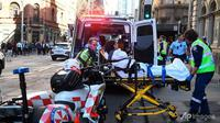 Seorang wanita dibawa dengan ambulans dari Hotel CBD di sudut King and York Street, setelah seorang pria berusaha menikam beberapa orang di Sydney, Australia pada 13 Agustus 2019. (Dean Lewins / AP)