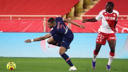 Penyerang PSG, Kylian Mbappe, Berebut bola dengan Gelandang AS Monaco, Youssouf Fofana, pada laga lanjutan Liga Prancis di Stadion Stade Louis II, Sabtu (21/11/2020) dini hari WIB. PSG takluk 2-3 oleh AS Monaco. (AFP/Valery Hache)