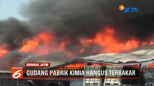 Api besar melumat gudang pabrik kimia PT Sari Sarana Kimia di Sidoarjo. Api diduga berasal dari truk yang lakukan bongkar muat.