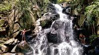 Para wisatawan yang sedang asik menikmati air terjun AiMitat (Liputan6.com/ Dionisius Wilibardus)
