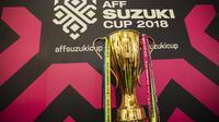 Suasana piala saat tur trofi Piala AFF di Mall Kota Kasablanka, Jakarta, Minggu (4/11). Timnas Indonesia akan memulai Piala AFF melawan Singapura pada 9 September. (Bola.com/Vitalis Yogi Trisna)