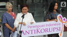 Koalisi Perempuan Antikorupsi menyatakan sikap dukungan di depan Gedung KPK, Jakarta, Selasa (15/10/2019). Perempuan Indonesia Antikorupsi (PIA) membuat surat terbuka untuk Presiden Joko Widodo atau Jokowi terkait penerbitan Perppu KPK. (merdeka.com/Dwi Narwoko)
