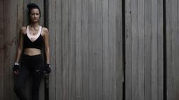 Model dan penyanyi, Rebecca Reijman, berpose usai latihan Muay Thai di rumahnya di Depok, Jawa Barat, Minggu (23/12). Beladiri Muay Thai dipilihnya untuk menjaga kebugaran dan sebagai pertahanan diri. (Bola.com/Vitalis Yogi Trisna)