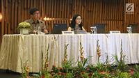 Vice President Director Emtek Grup, Sutanto Hartono (kiri) bersama Direktur PT Surya Citra Media Tbk Rusmiyati Djajaseputra menyampaikan paparan publik PT. SURYA CITA MEDIA. Tbk di SCTV TOWER, Jakarta, Senin (18/12). (Liputan6.com/Herman Zakharia)