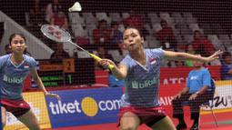 Aksi Ganda Putri Indonesia, Della Haris (kanan) mengembalikan kok saat melawan pasangan China, Chen Qingchen dan Jia Yifan pada babak kedua Daihatsu Indonesia Master 2018 di Istora Senayan, Kamis (25/1/2018).