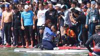 Warga menyaksikan pertandingan antara Menteri KKP Susi Pudjiastuti dan Wagub DKI Jakarta Sandiaga Uno mengarungi danau sunter selama Festival Danau Sunter di Jakarta, Minggu (25/2). (Liputan6.com/Angga Yuniar)