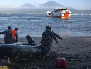 Personel TNI AL bersiap untuk operasi pencarian dan penyelamatan korban kapal penumpang KMP Yunicee yang tenggelam dekat Pelabuhan Gilimanuk, Bali, Rabu (30/6/2021). Hingga pagi tadi, telah terevakuasi selamat 39 orang, meninggal 7 orang, dan masih dalam pencarian 11 orang. (AP Photo/Fauzy Chaniago)