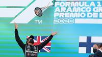 Pembalap Mercedes, Lewis Hamilton, menjuarai balapan MotoGP Spanyol di Sirkuit Catalunya, Minggu (16/8/2020). (AFP/Albert Gea)