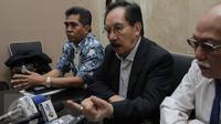 Mantan Ketua KPK Antasari Azhar memberikan keterangan saat konferensi pers usai membuat laporan di Gedung Bareskrim Polri, Jakarta, Selasa (14/2). Antasari Azhar melaporkan dugaan tindak pidana persangkaan palsu ke Bareskrim. (Liputan6.com)