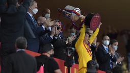 Penyerang Barcelona, Lionel Messi mengangkat trofi usai pertandingan melawan Athletic Bilbao pada final Copa del Rey Spanyol 2021 di stadion La Cartuja di Seville, Spanyol, Minggu (18/4/2021). Messi mencetak dua gol di pertandingan final ini dan mengantar Barcelona menang 4-0. (CRISTINA QUICLER/AFP)