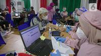 Petugas melakukan skrining warga lanjut usia (lansia) sebelum diberikan vaksin COVID-19 di Balai Besar Pelatihan Kesehatan (BBPK) Jakarta Kampus Hang Jebat, Jakarta Selatan, Selasa (23/3/2021). Program vaksinasi itu berlaku bagi lansia pemegang KTP dalam dan luar DKI. (Liputan6.com/Faizal Fanani)