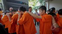 Sebanyak 19 pria asal Tiongkok diamankan Polda Metro Jaya di kawasan Cilandak Timur, Jakarta, Kamis (7/5/2015).  Mereka diduga terlibat penipuan dengan modus cyber crime. (Liputan6.com/Faizal Fanani)