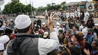Massa pendukung Rizieq Shihab memintas rekannya membubarkan diri di flyover Penggilingan, Jakarta, Kamis (24/6/2021). Sebelumnya, polisi dengan para simpatisan Rizieq Shihab terlibat bentrokan jelang sidang vonis perkara tes swab yang digelar di di PN Jakarta Timur. (Liputan6.com/Faizal Fanani)