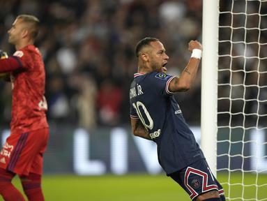 Penyerang Paris Saint-Germain (PSG) Neymar berselebrasi setelah mencetak gol ke gawang Olympique Lyon dalam laga pekan keenam Liga Prancis di Stadion Parc des Princes, Senin (20/9/2021) dini hari WIB. PSG menang dengan skor tipis 2-1. (AP Photo/Francois Mori)