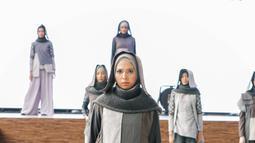 Seorang model memperagakan karya desainer asal Majalengka Ai Sulitiani di acara kelulusan Islamic Fashion Institute. (Liputan6.com/pool/IFC)