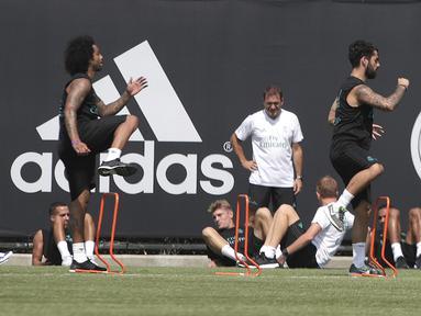 Pemain Real Madrid, Marcelo dan Isco, saat menjalani latihan di Los Angeles, AS, Rabu (12/7/2017). Real Madrid akan menghadapi Manchester United dan Manchester City pada laga turnamen International Championship Cup. (EPA/Mike Nelson)