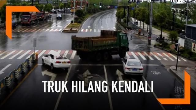 Truk tergelincir dan menabrak sebuah mobil yang sedang menunggu lampu lalu lintas di persimpangan jalan. Sebanyak 4 orang penumpang di dalam mobil selamat.