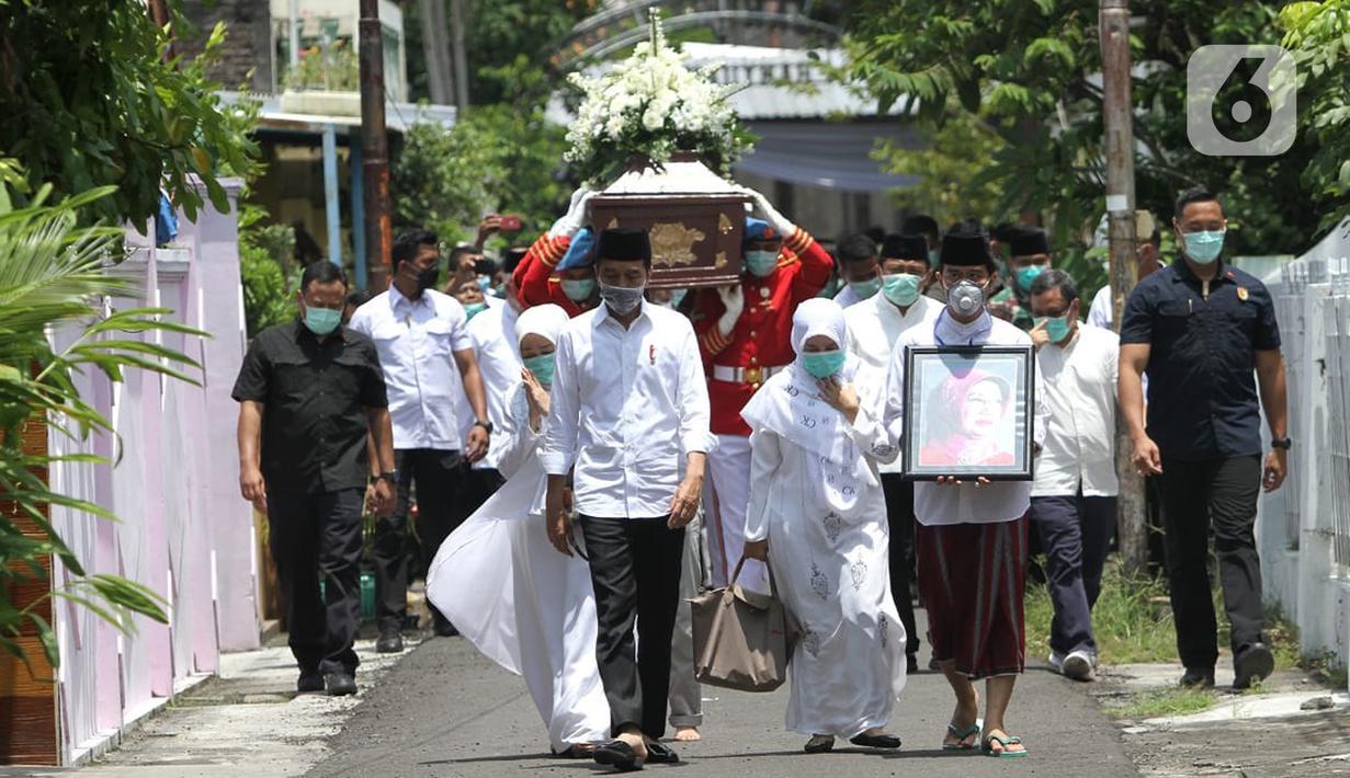 Presiden Joko Widodo atau Jokowi beserta keluarga saat mengantar jenazah ibundanya Sudjiatmi Notomihardjo untuk disalatkan di masjid dekat kediamannya di Solo, Jawa Tengah, Kamis (26/3/2020). Sujiatmi Notomiharjo wafat pada Rabu 25 Maret 2020 pukul 16.45 WIB. (Liputan6.com/Fajar Abrori)