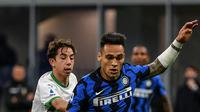 Pemain depan Inter Milan, Lautaro Martinez (kanan) mengontrol bola di dekat gelandang Sassuolo, Maxime Lopez pada laga tunda Liga Italia di Stadio Giuseppe Meazza, Kamis (8/4/2021) dini hari WIB. Bermain di kandang, Inter Milan mengalahkan Sassuolo dengan skor 2-1. (Isabella BONOTTO / AFP)