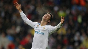Striker Real Madrid, Cristiano Ronaldo, tampak kecewa usai gagal mencetak gol ke gawang Villarreal pada laga La Liga Spanyol di Stadion Santiago Bernabeu, Madrid, Sabtu (13/1/2018). Real Madrid kalah 0-1 dari Villarreal. (AP/Paul White)