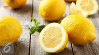 Hati-hati, ternyata irisan lemon yang ada pada minuman saat Anda memesannya di restoran membahayakan kesehatan.