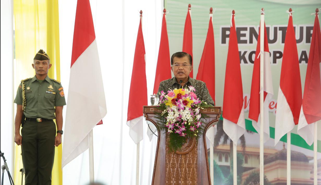 Wakil Presiden, Jusuf Kalla memberikan kata sambutan pada penutupan Musyawarah Nasional (Munas) Korps Alumni Himpunan Mahasiswa Islam (KAHMI) ke-10 di Medan, Sumatera Utara, Minggu (19/11). (Liputan6.com/Pool/KAHMI)