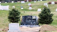 Seorang anak tega membongkar makam ayahnya demi secarik surat wasiat.