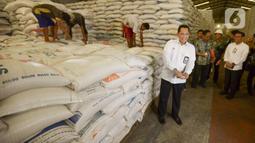 Dirut Perum Bulog Budi Waseso mengunjungi pergudangan beras Bulog di Kelapa Gading, Jakarta, Kamis (27/2/2020). Jelang Ramadan dan Idul Fitri 2020 Perum Bulog siap mengamankan pasokan beras di seluruh wilayah Indonesia mencapai 1,7 juta ton. (merdeka.com/Imam Buhori)