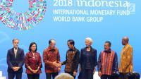 Presiden Joko Widodo menyalami Presiden Grup Bank Dunia Jim Yong Kim dalam Bali Fintech Agenda IMF-WB 2018, Bali, Kamis (11/10). Jokowi mengatakan pemerintah Indonesia tengah mencoba membuat beberapa regulasi mewadahi fintech. (Liputan6.com/Angga Yuniar)