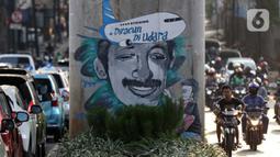 Pengendara melintas di sisi mural bergambar aktivis HAM, Munir di Jalan Ciledug Raya, Jakarta, Senin (7/9/2020). Munir Said Thalib seorang aktivis HAM Indonesia meninggal dunia setelah diracun dalam penerbangan menuju Amsterdam, Belanda pada 7 September 2004. (Liputan6.com/Helmi Fithriansyah)