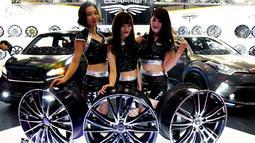 Tiga model berpose dengan roda Dorfren saat pameran Tokyo Auto Salon di Makuhari Messe, Chiba, Jepang (12/1). Pameran mobil dan motor modifikasi ini diselenggarakan dari tanggal 12-14 Januari 2018. (AFP Photo/Toshifumi Kitamura)