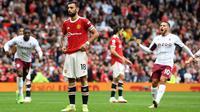 Gelandang Manchester United, Bruno Fernandes, gagal mengeksekusi penalti saat timnya bersua Aston Villa pada laga pekan keenam Premier League di Old Trafford, Sabtu (25/9/2021) malam WIB. Dalam laga itu, MU menyerah 0-1 dari Villa. (Paul Ellis)
