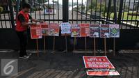 "Mahasiswa dari BEM-se Indonesia melakukan Aksi meletakan poster di depan Gedung DPR-MPR, Senayan, Jakarta, Selasa (23/2/2016). Dalam Aksinya mereka menuntut ""Menolak Revisi UU KPK"". (Liputan6.com/Johan Tallo)"