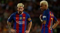 Bintang Barcelona, Lionel Messi dan Neymar, tampak kecewa usai ditaklukkan klub promosi, Alaves, 1-2, di Camp Nou, Sabtu (10/9/2016). Kekalahan ini membuat La Blaugrana turun ke posisi empat klasemen La Liga Spanyol. (Reuters/Albert Gea)