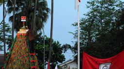 Dalam acara tersebut terdapat pemotongan tumpeng setinggi tujuh meter yang merupakan simbol bahwa Jokowi merupakan Presiden ke-7 RIyang dipilih rakyat secara demokrasi, Jakarta, Rabu (23/7/14). (Liputan6.com/Andrian M Tunay)