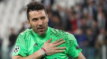 Gianluigi Buffon resmi memilih Parma sebagai klub baru untuknya musim depan. Sang Superman diikat kontrak selama dua musim yang berarti ia akan terus bermain hingga usia 45 tahun. (AFP/Valery Hache)