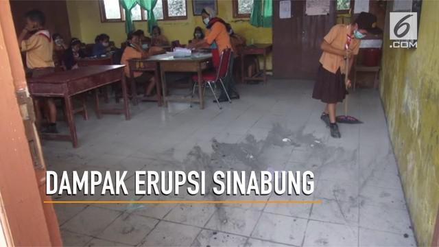 Erupsi gunung Sinabung yang terjadi Jumat (6/4) malam membuat sebagian kegiatan belajar mengajar terganggu.