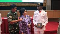 Saat Paskibraka Nasional 2019 dari Papua, Carolus Keagop Kateyau bertemu langsung dengan Jenderal TNI Hadi Tjahjanto saat berkunjung ke Mabes TNI di Cilangkap, Jakarta Timur (Liputan6.com/Aditya Eka Prawira)